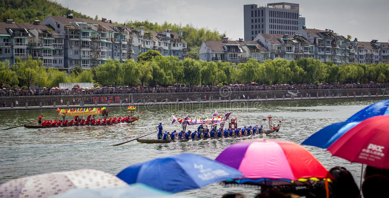 Les foules observent Dragon Boat Festival Race photos libres de droits