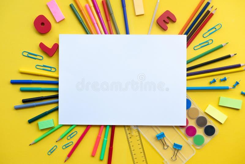 Les fournitures scolaires s'étendent sur le fond jaune avec l'espace de copie, de nouveau au concept d'école, l'espace de copie,  photos stock