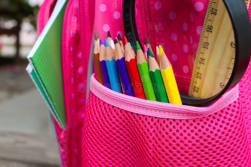 Les fournitures scolaires sont dans le sac à dos d'école image stock