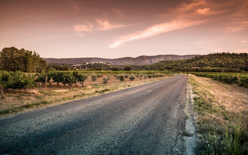 Les Frances de la Provence aménagent - la route en parc, collines, vignobles image stock
