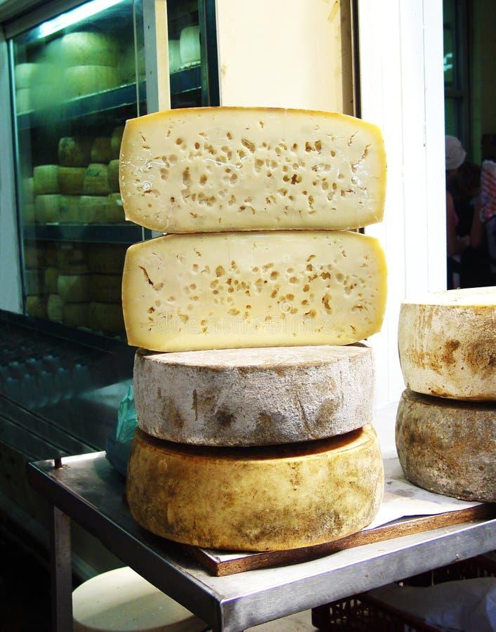 Les fromages de coupe dans la boutique grecque images stock