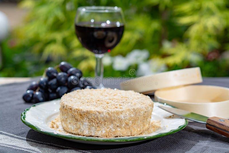 Les fromages fran?ais la collection, morceau d'Au ferment? Calvados de camembert de fromage de lait de vache ont servi avec le ve image stock