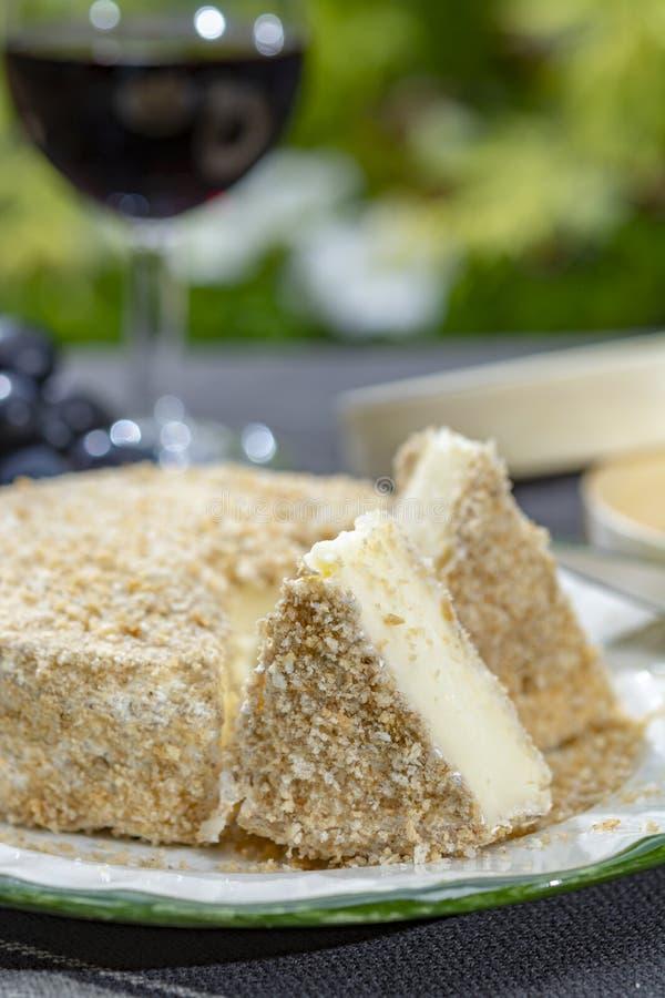 Les fromages fran?ais la collection, morceau d'Au ferment? Calvados de camembert de fromage de lait de vache ont servi avec le ve photographie stock libre de droits