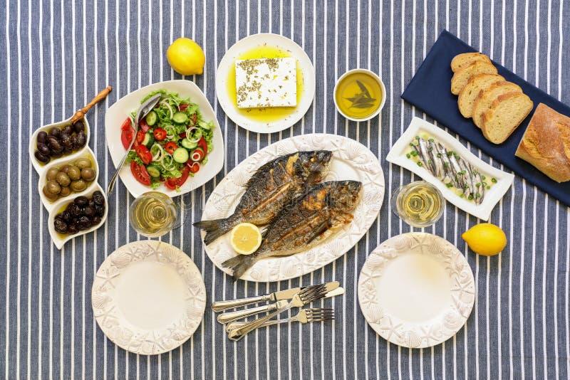 Les fruits de mer fraîchement cuits ont grillé des poissons de dorade, des sardines en huile d'olive et la salade de légume, oliv image libre de droits