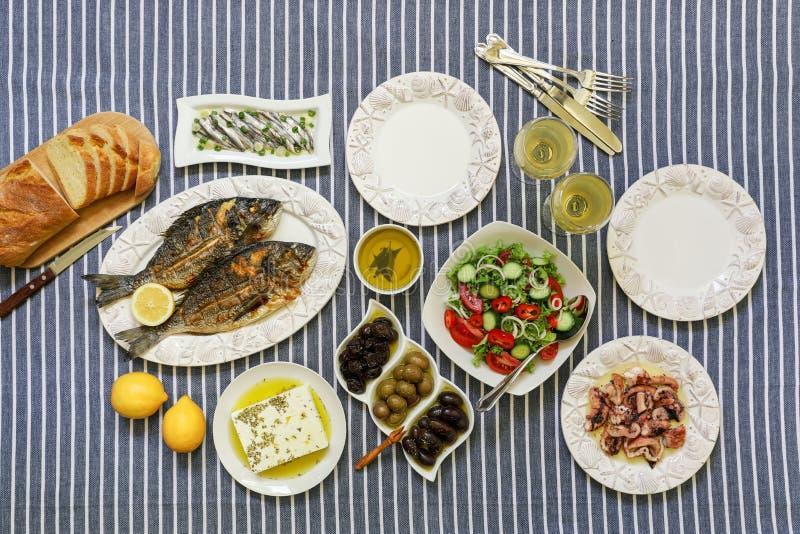 Les fruits de mer fraîchement cuits ont grillé les poissons de dorade, le poulpe en sauce au vinaigre, les sardines en huile d'ol photo stock