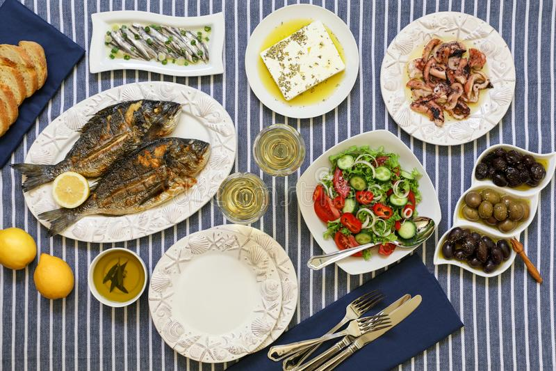 Les fruits de mer fraîchement cuits ont grillé les poissons de dorade, le poulpe en sauce au vinaigre, les sardines en huile d'ol photographie stock libre de droits
