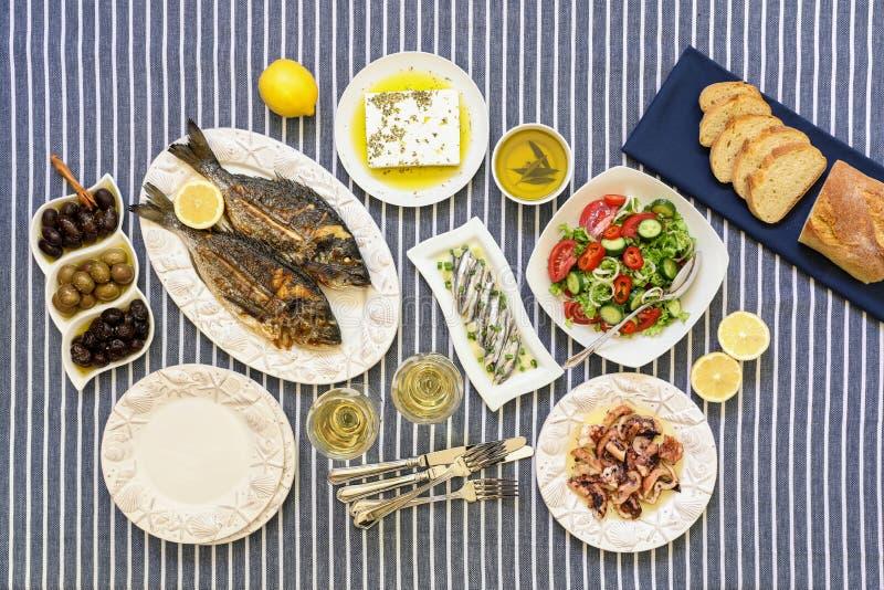 Les fruits de mer fraîchement cuits ont grillé les poissons de dorade, le poulpe en sauce au vinaigre, les sardines en huile d'ol photos libres de droits