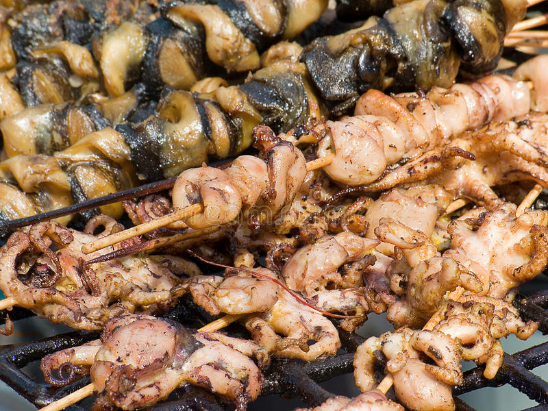 Les fruits de mer frits délicieux appétissants, le poulpe, moules sur un barbecue grillent dehors images libres de droits