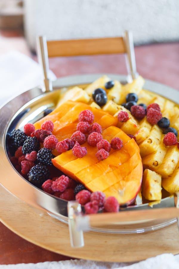 Les fruits et les baies sont sur le plateau images stock