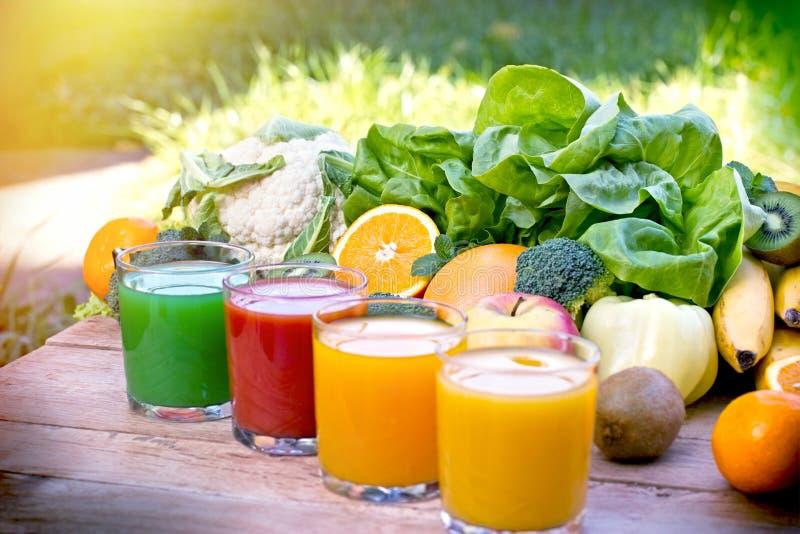 Les fruits et légumes organiques servent de base aux boissons saines - boissons images stock