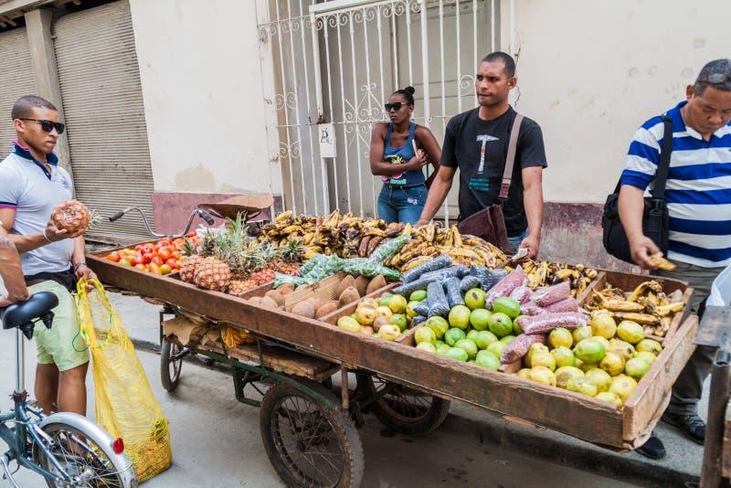 Les fruits et légumes transportent en charrette à vieille La Havane image libre de droits