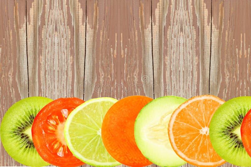Les fruits mélangés découpent le concept en tranches naturel sain frais de nourriture de fond image stock