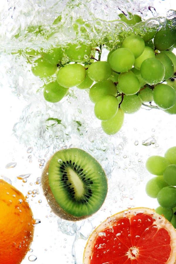 Les fruits ont relâché dans l'eau photographie stock libre de droits