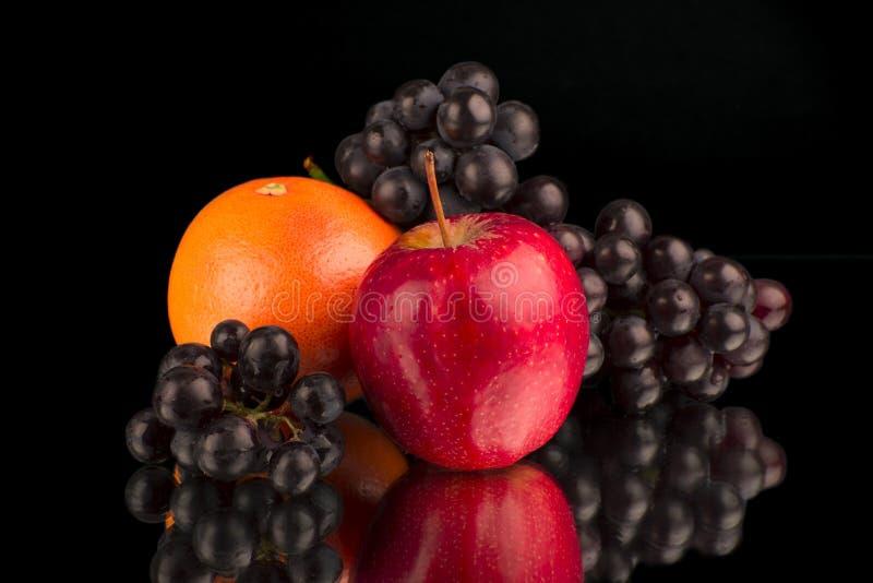 Les fruits sur le miroir photographie stock libre de droits
