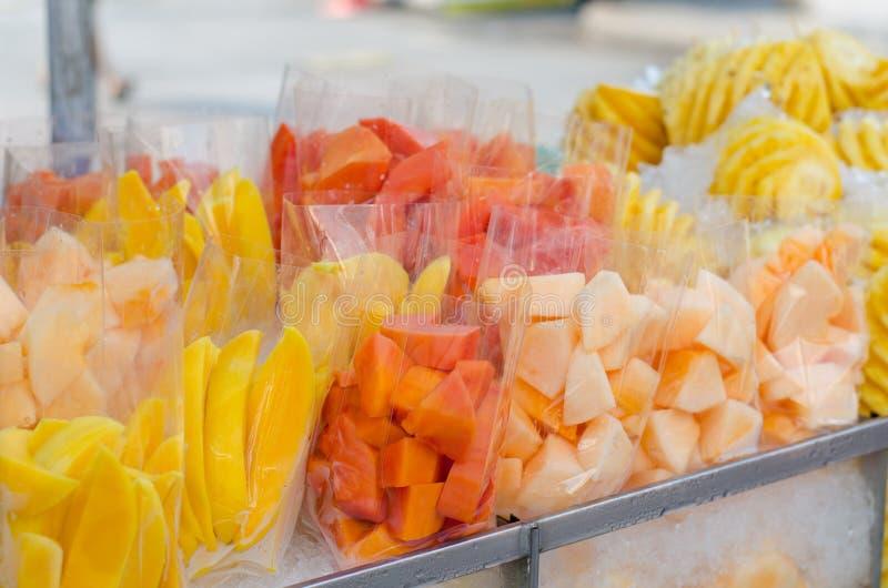 Les fruits transportent en charrette sur le marché photos stock