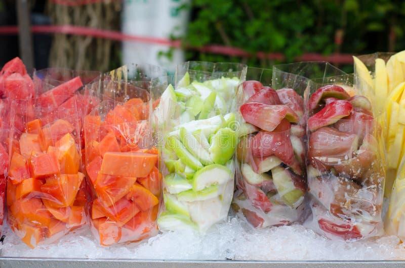 Les fruits transportent en charrette sur le marché image libre de droits