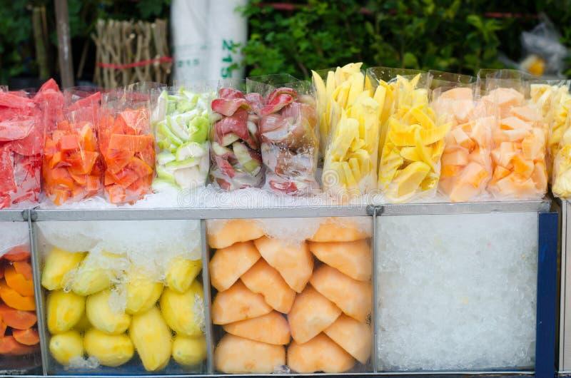 Les fruits transportent en charrette sur le marché photographie stock