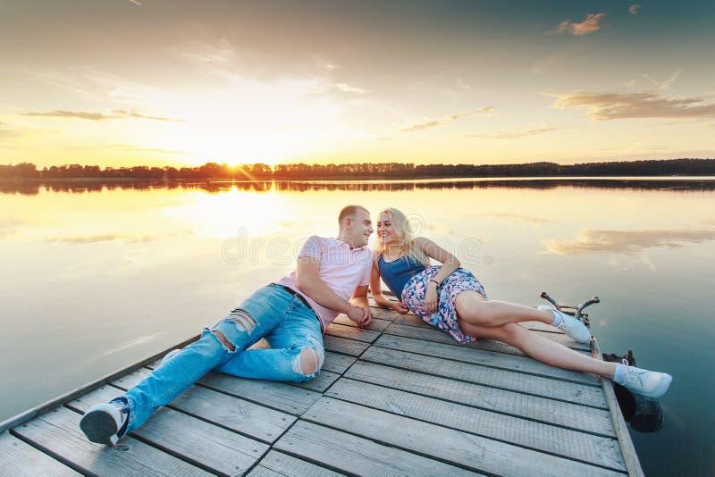 Les futurs parents détendent en nature photos stock