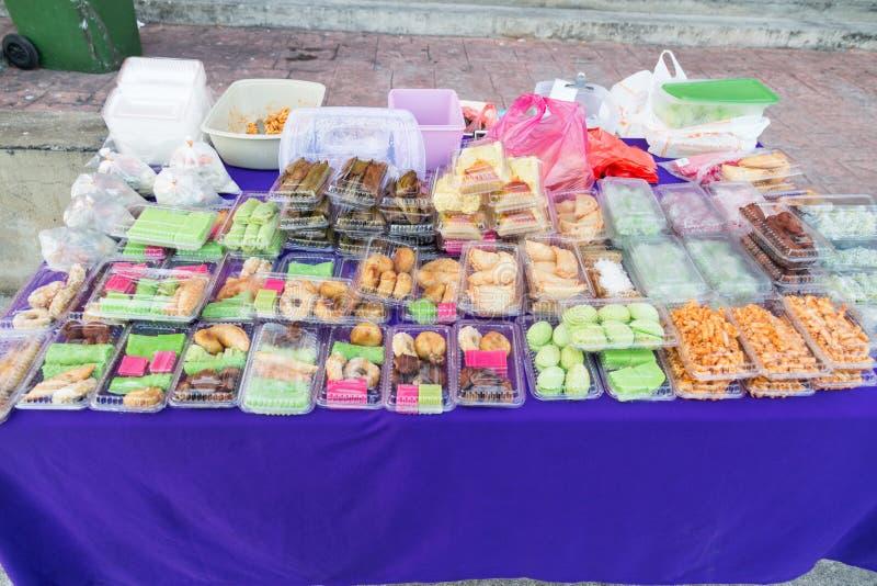 Les gâteaux assortis de Malais et la nourriture douce se sont vendus à la stalle de rue image libre de droits