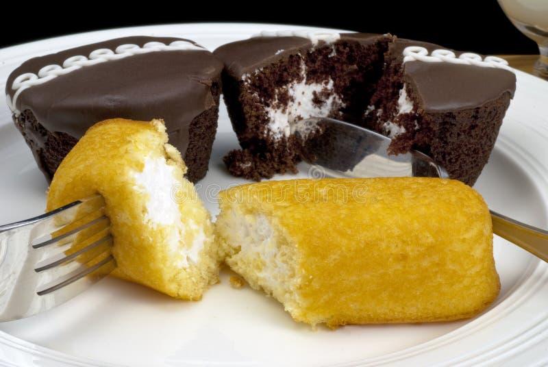 Les gâteaux de casse-croûte ont coupé avec un couteau et une fourchette photographie stock libre de droits