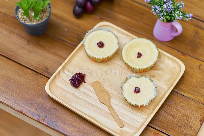 les gâteaux de Savoie, tasse durcit dans le plat en bois avec la confiture sur le fond en bois images stock