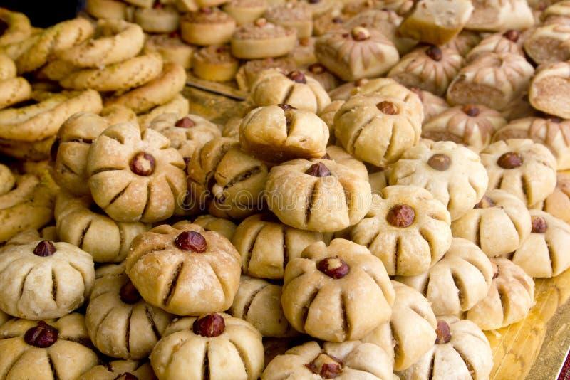 Les gâteaux doux arabes de pâtisseries ont empilé la boulangerie images stock