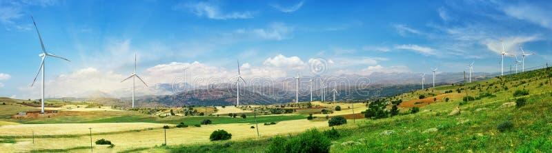 Les générateurs de turbines éoliennes se tiennent sur le terrain vert photo stock