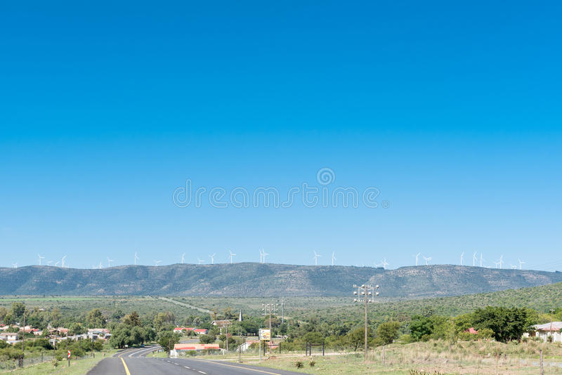 Les générateurs de vent rayent les montagnes au-dessus du Cookhouse photographie stock