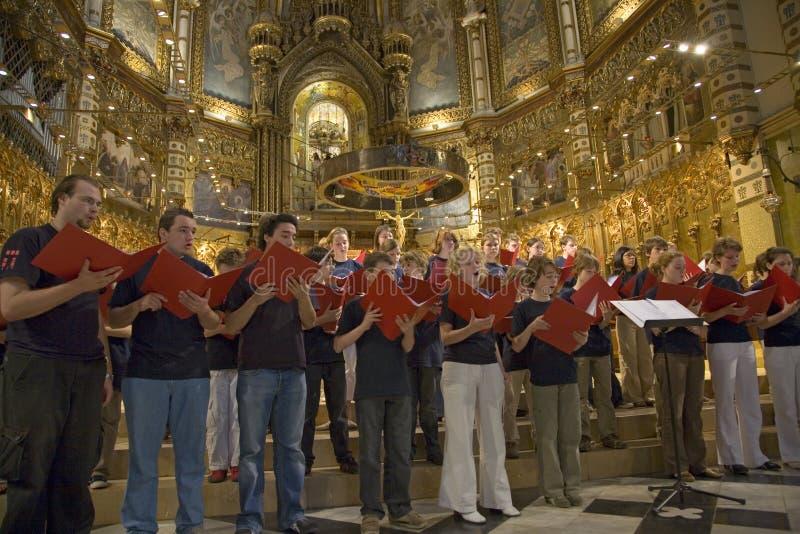 Les garçons et le choeur de filles chantent dans l'abbaye bénédictine chez Montserrat, Santa Maria de Montserrat, près de Barcelo photos stock