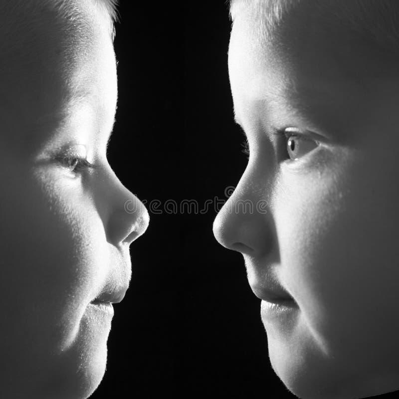 Les garçons font face ! ! image stock