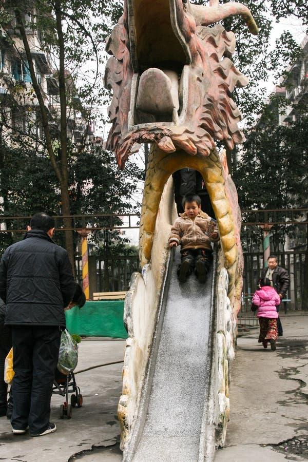 Les garçons jouant dans le chengfei se garent, Chengdu, porcelaine images stock