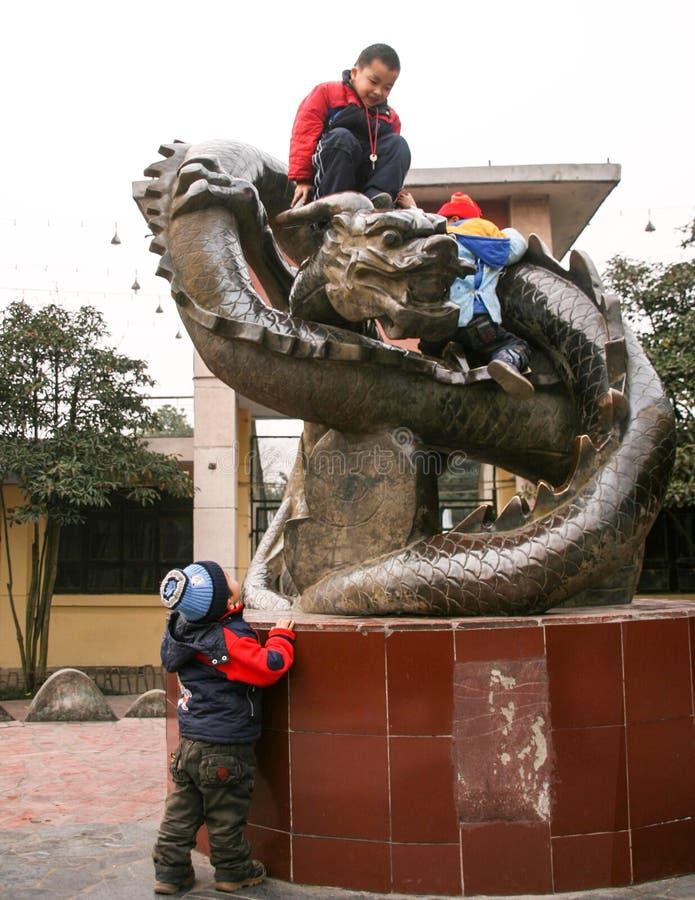 Les garçons jouant dans le chengfei se garent, Chengdu, porcelaine photographie stock