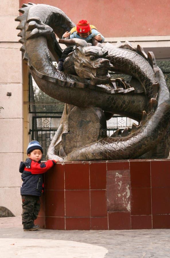 Les garçons jouant dans le chengfei se garent, Chengdu, porcelaine photos stock