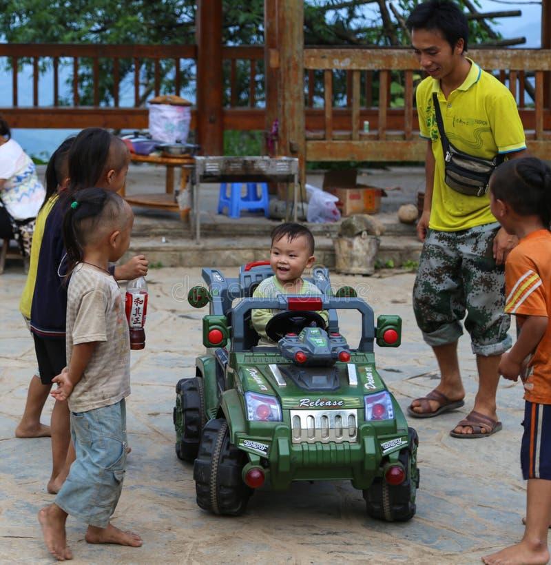 Les garçons jouant dans le village de miao de basha, guinzhou, porcelaine photos libres de droits