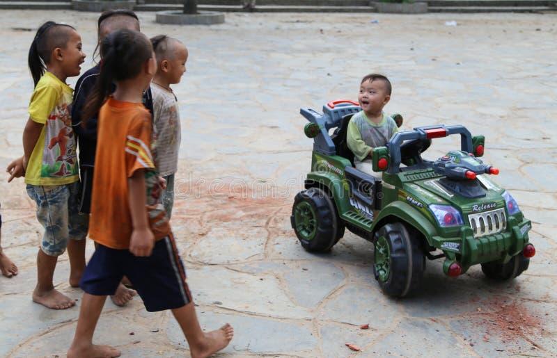 Les garçons jouant dans le village de miao de basha, guinzhou, porcelaine photographie stock