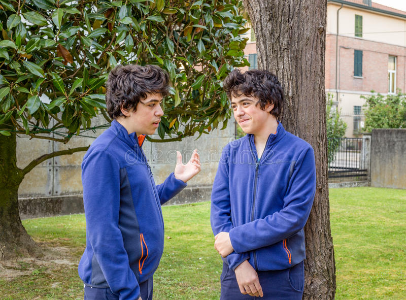 Les garçons parlent entre eux photographie stock libre de droits
