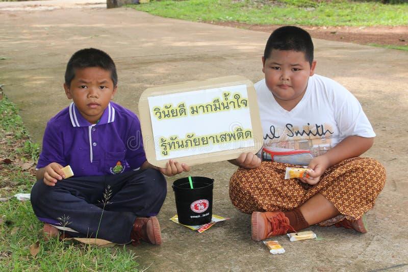 Les garçons thaïlandais tiennent le petit signe photographie stock