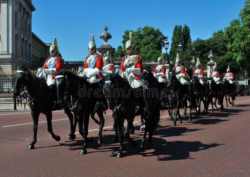 Les gardes de cheval de la Reine au Buckingham Palace Londres photos stock