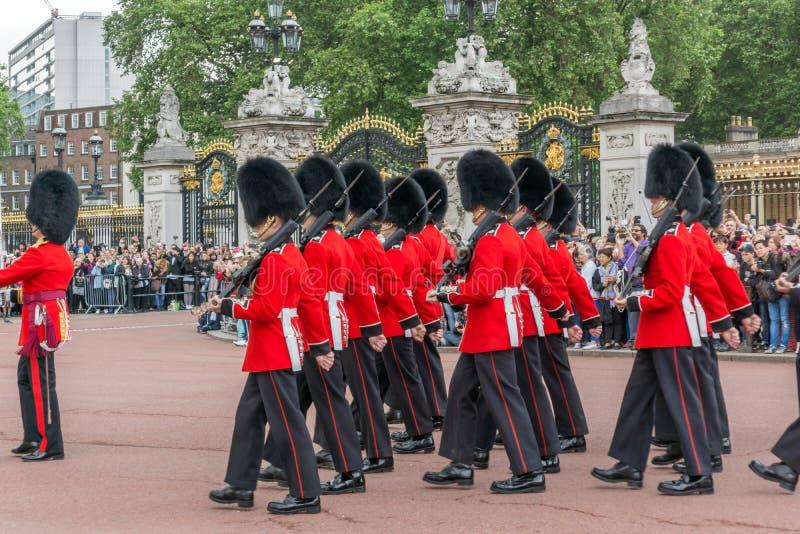 Les gardes royales britanniques effectuent le changement de la garde dans le Buckingham Palace, Londres, Angleterre, Gre photos stock