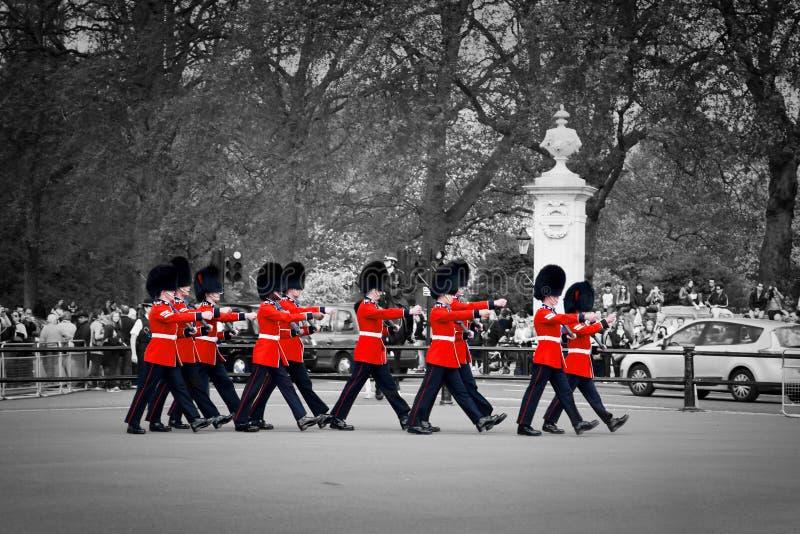 Les gardes royales britanniques effectuent le changement de la garde dans le Buckingham Palace photos libres de droits