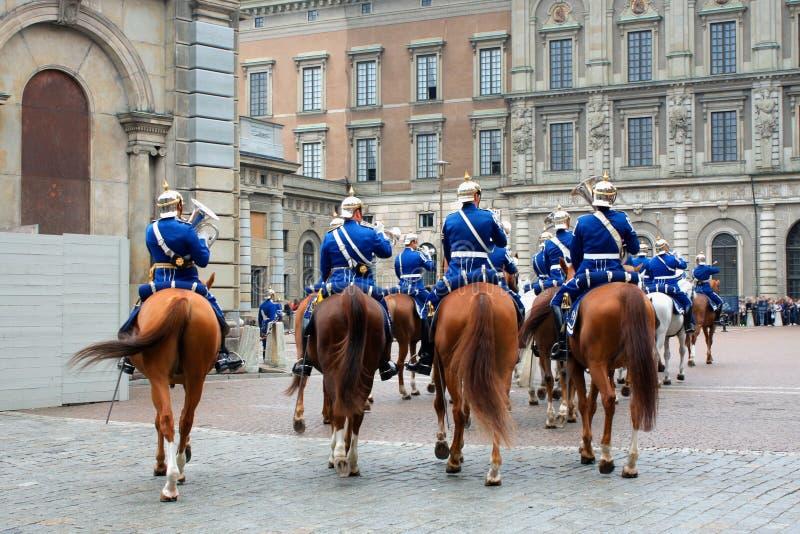 Les gardes royales - changement des gardes au château royal dedans photo libre de droits