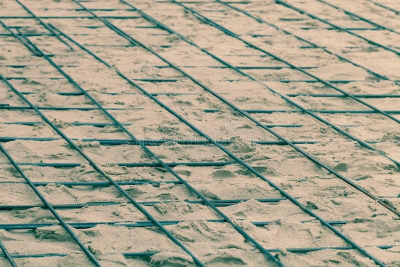 Les garnitures en métal étendues en sable Préparation pour le béton se renversant Foyer de s?lection Profondeur de zone toned image libre de droits