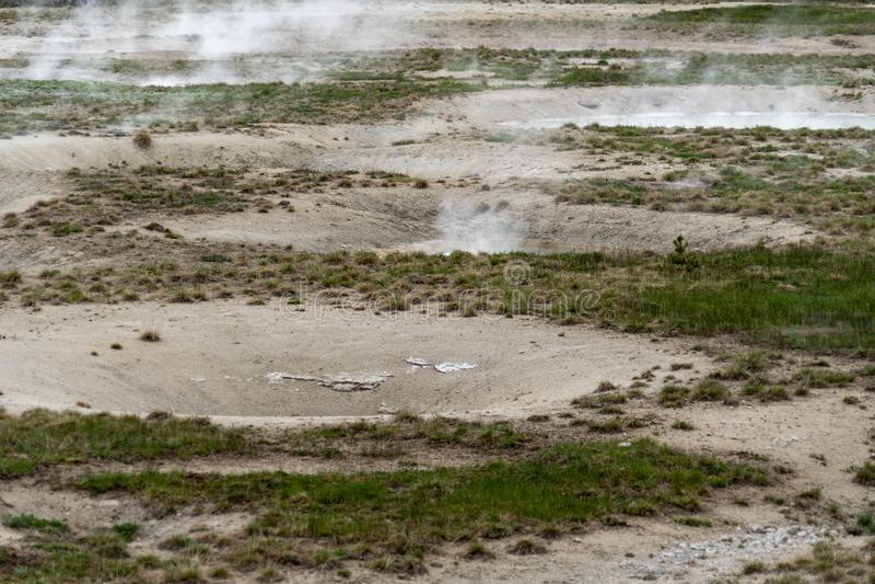 Les gaz sulfureux chauds émergent d'une source thermale de fumerolle en parc national de Yellowstone image libre de droits