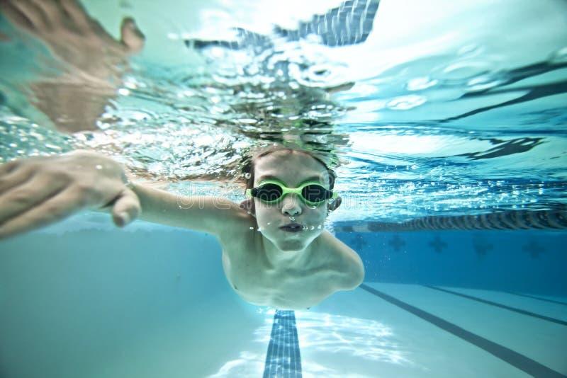Les genoux de natation de gosse photo libre de droits