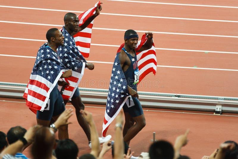 Les genoux de victoire d'ÉQUIPE des USA pour des obstacles de 400 mètres. image stock