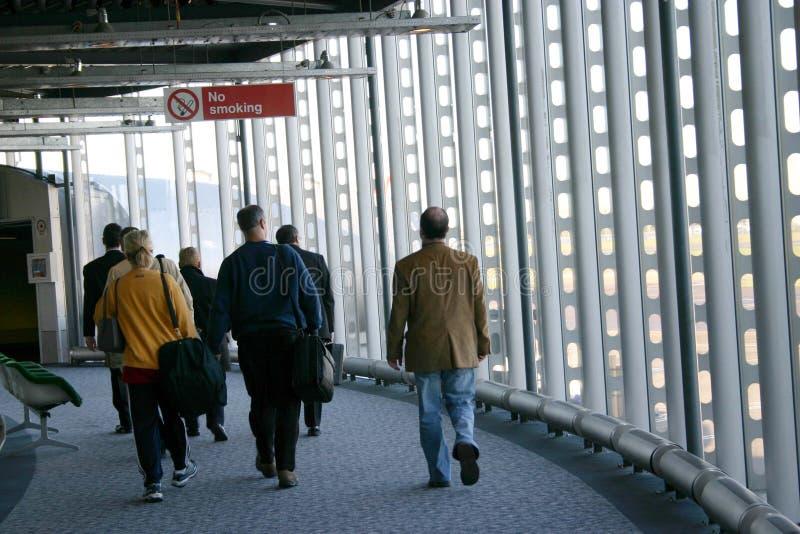 Les gens à l'aéroport image stock