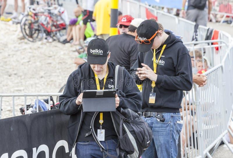 Les gens à l'aide des appareils électroniques modernes pour transmettre des données - voyagez d image libre de droits
