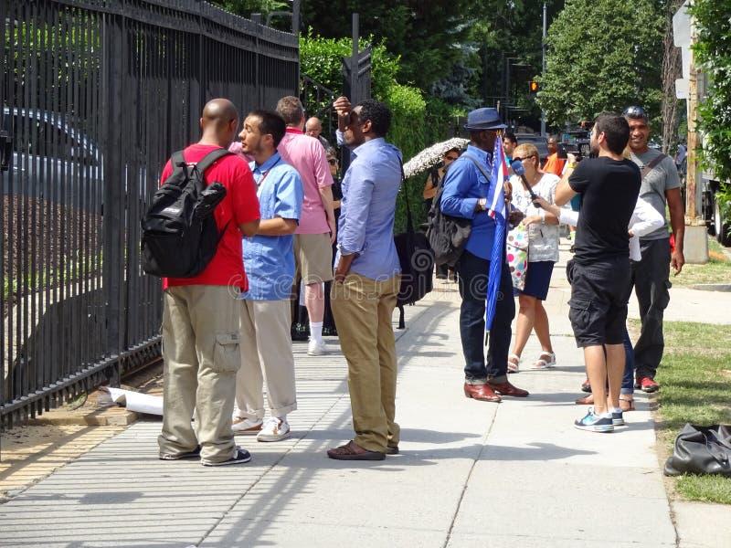 Les gens à l'ambassade cubaine image libre de droits