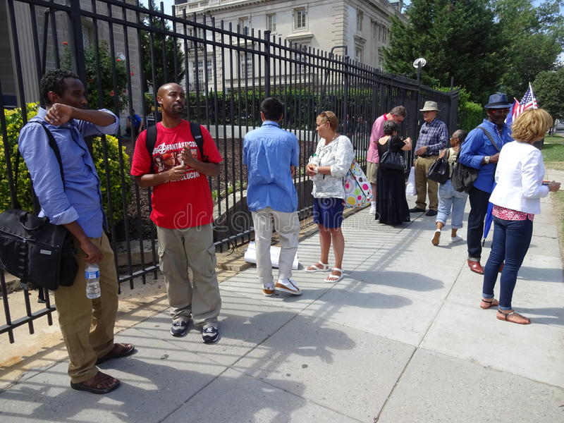 Les gens à l'ambassade cubaine photo stock