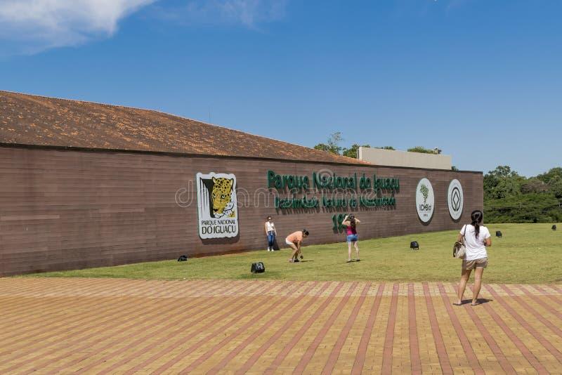 Les gens à l'entrée de parc d'Iguazu image libre de droits